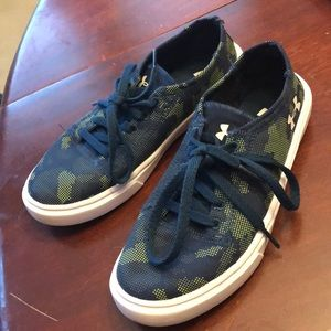 Boys Under Armour like NEW lace up sneakers